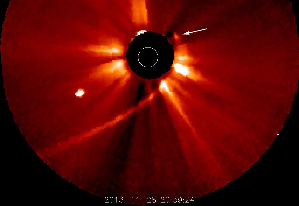 Kommt da noch was? Erste Anzeichen auf Bildern der COR2-Kamera von STEREO A deuten ein Objekt auf ISONs Bahn an, das den Perihel überstanden hat. NASA
