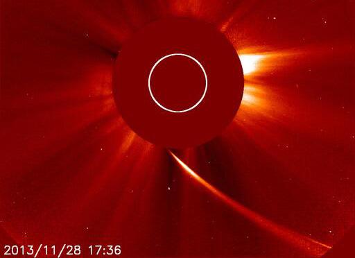 """C/2012 S1 ISON im Bildfeld des SOHO LASCO C2-Koronografen, etwa zwei Stunden vor seinem Perihel. Ein lang gestreckter Schweif ohne """"Kopf"""" - der Komet ist zerbrochen. ESA/NASA"""