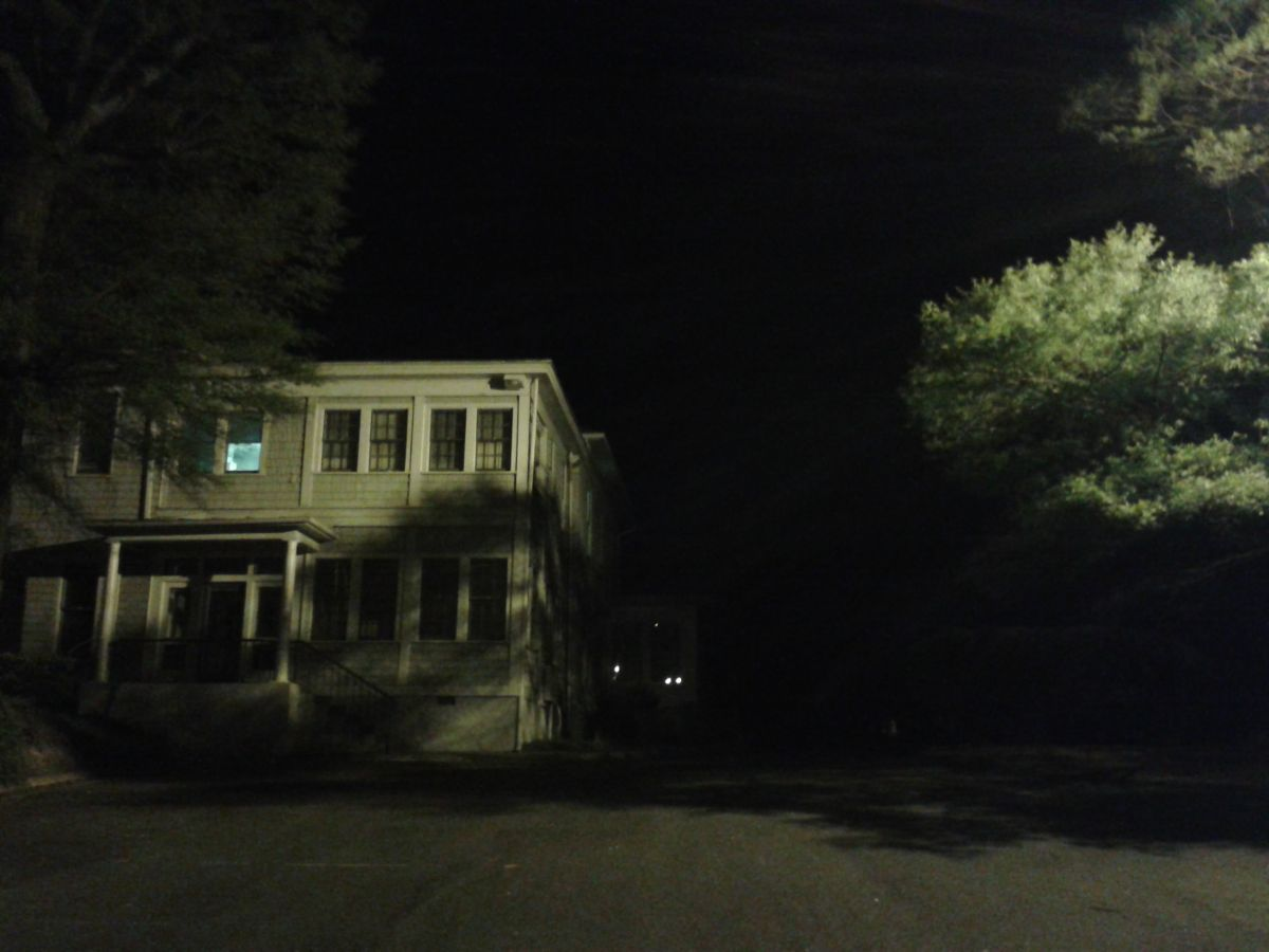 Ein Beispiel für schlechte Beleuchtung: Statt den Parkplatz auszuleuchten, strahlt das Licht auf die Hausfassade, in einen Baum und in den Himmel. Foto: Christopher Kyba