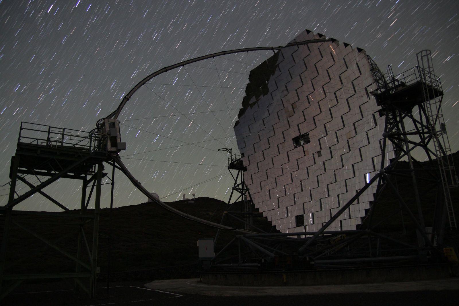 Eignen sich wegen ihrer offenen 17m-Spiegel ganz besonders für Zeitrafferaufnahmen: die MAGIC-Zwillingsteleskope auf La Palma (hier MAGIC 2)
