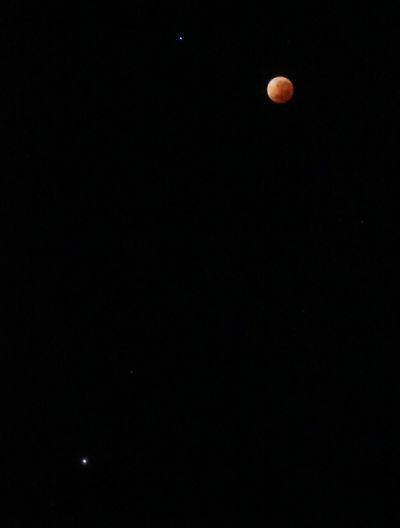 Der verfinsterte Mond mit Spica (links) und Mars (unten), freihand fotografiert.