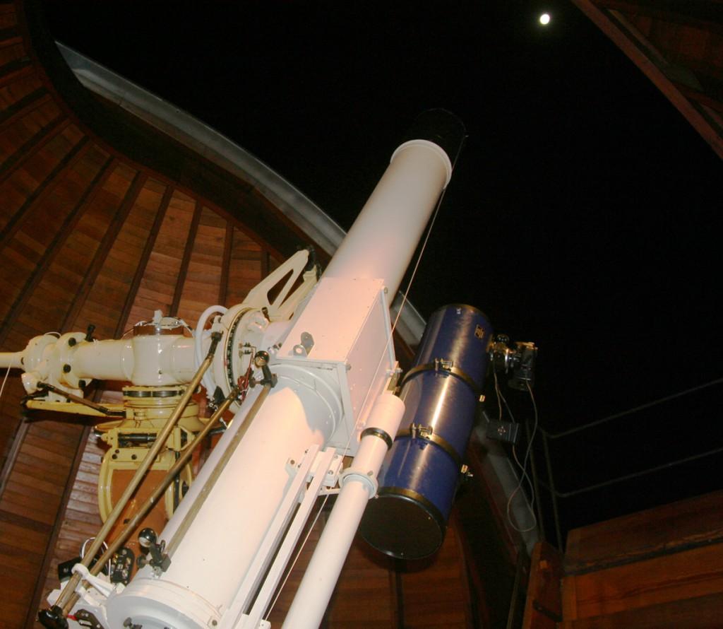 Zur Kometenfotografie nutze ich einen 200mm-Newton mit 1000mm Brennweite und eine Canon DSLR (rechts). Stabilität ist dank der Unterstützung des 200mm Zeiss-Refraktors der Sternwarte Aachen und seiner Montierung kein Problem.