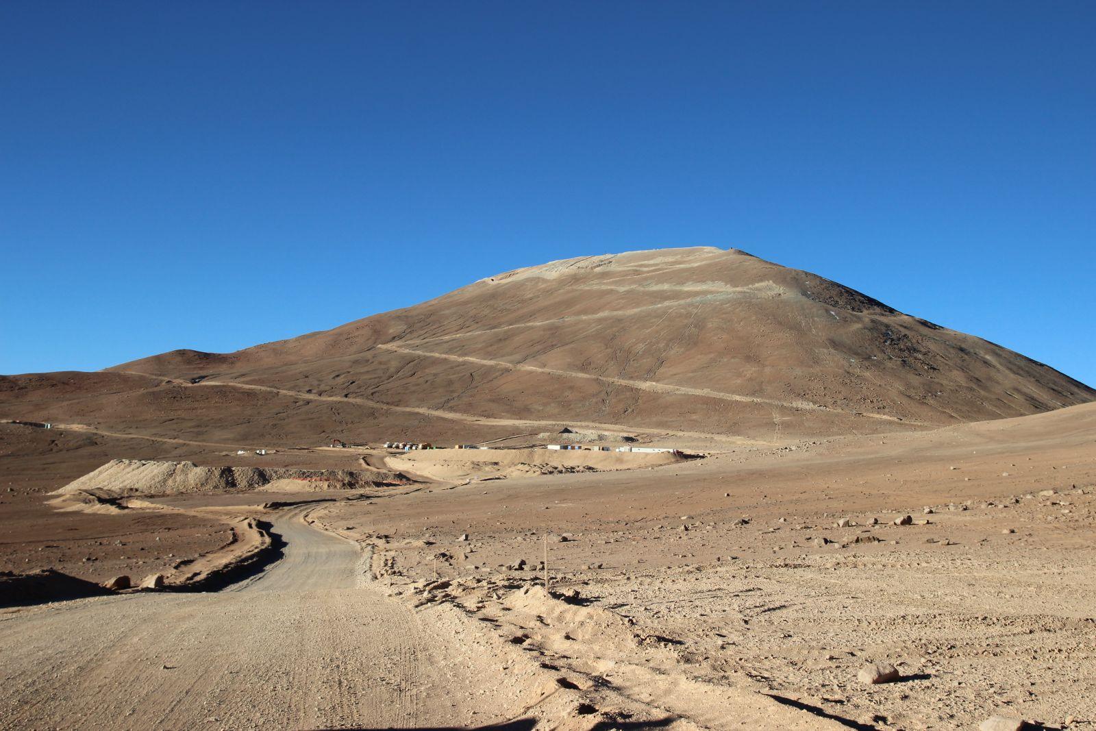 Der Cerro Armazones, bereits mit Zufahrtsweg, bereit für die Sprengung