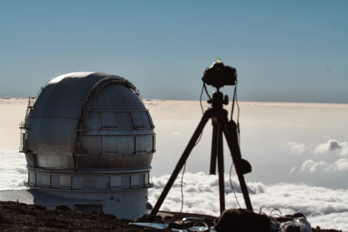 Die Zeitrafferkamera bei der Arbeit. Im Hintergrund das die silberne Kuppel des 10,4m-GranTeCan- das derzeit größte optische Teleskop der Welt.