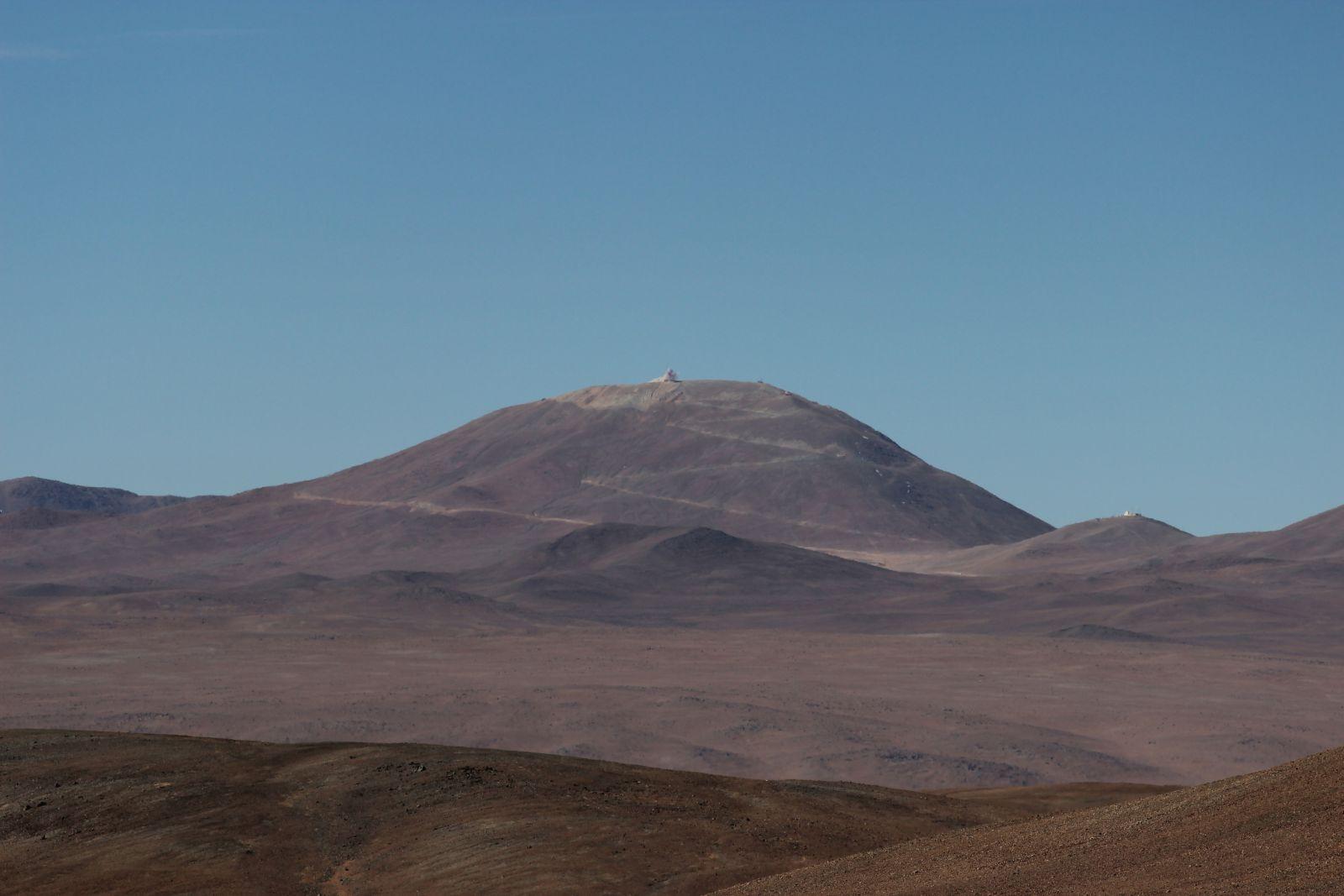 Das war der EELT-Blast: das Kleine Wölkchen wurde immerhin durch die Sprengung von 5000 Kubikmeter Gestein ausgelöst. Insgesamt werden rund 220000 Kubikmeter vom Gipfel abgesprengt.