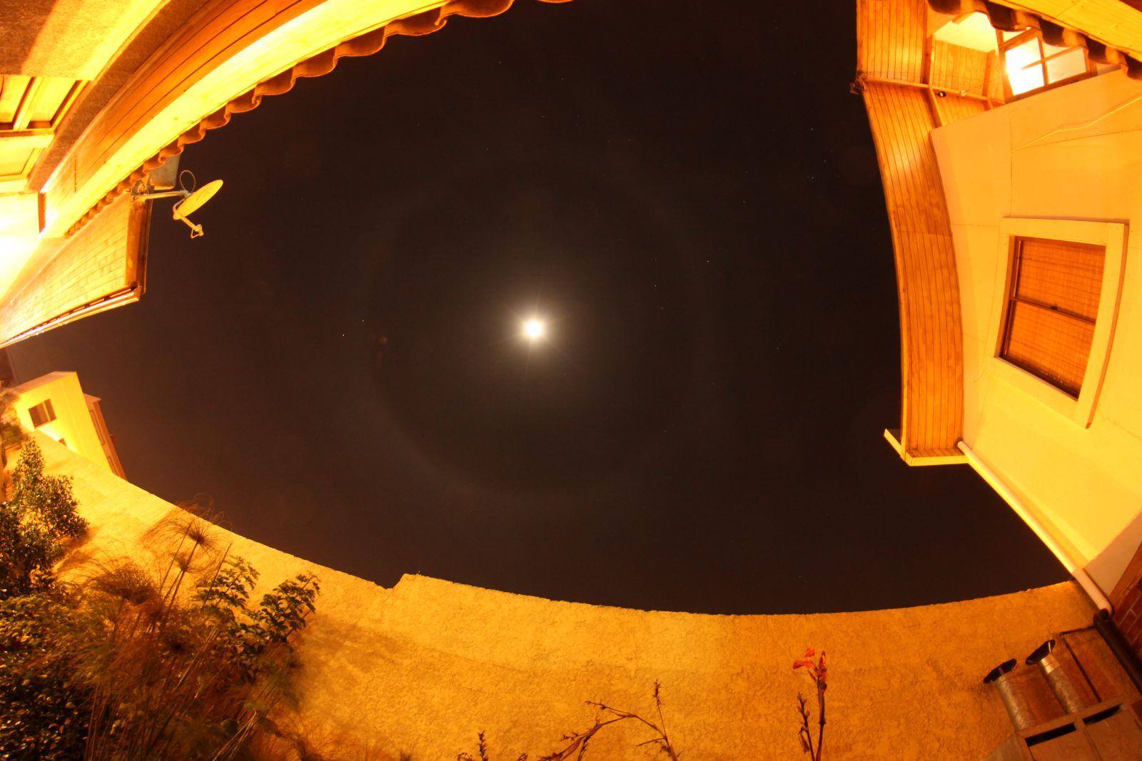 Als Bonus gab es vor Bedeckungsbeginn noch einen schönen 22°-Mondhalo zu sehen (8mm Fisheye)