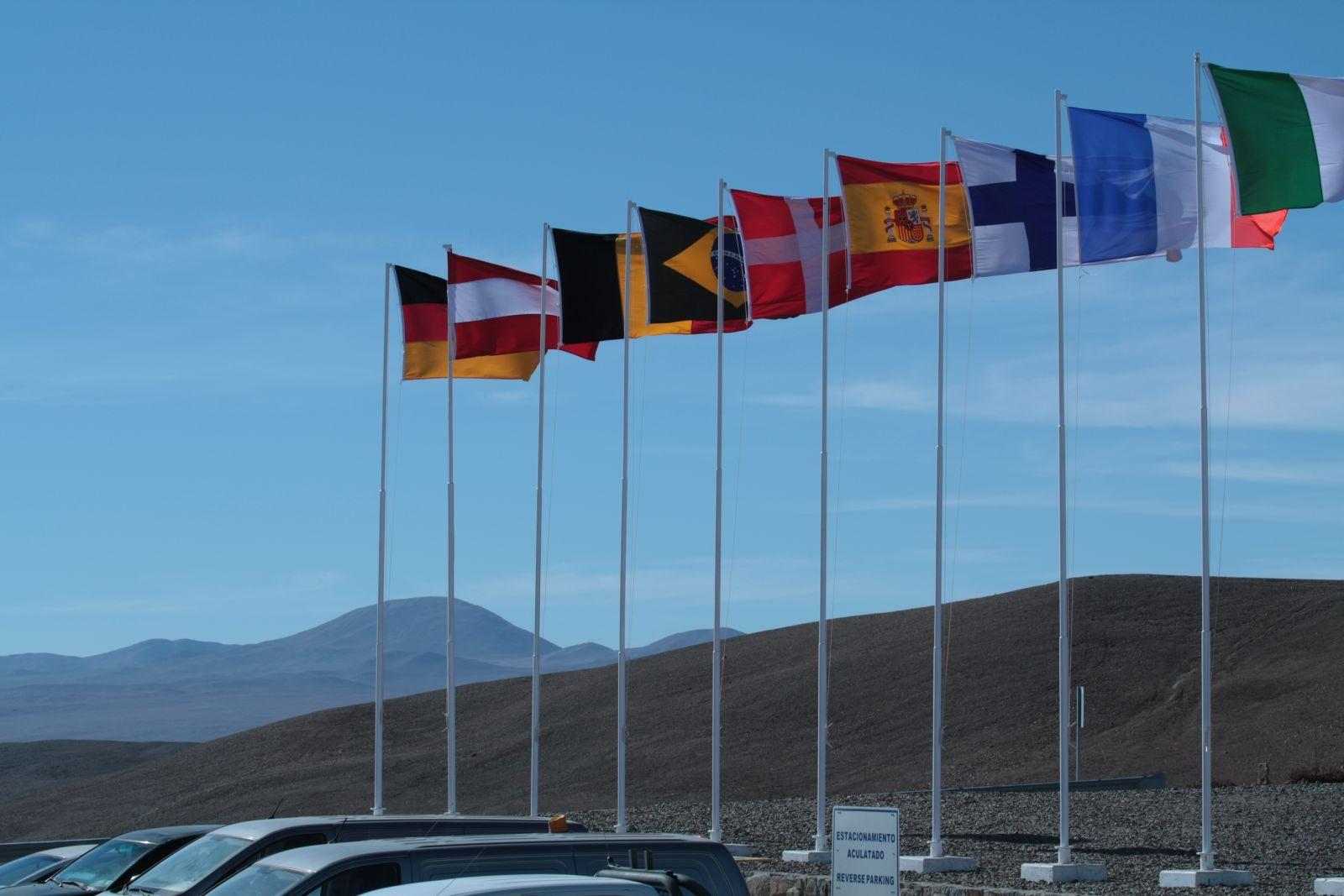 Festbeflaggung auf dem Paranal. Im Hintergrund der Armazones.