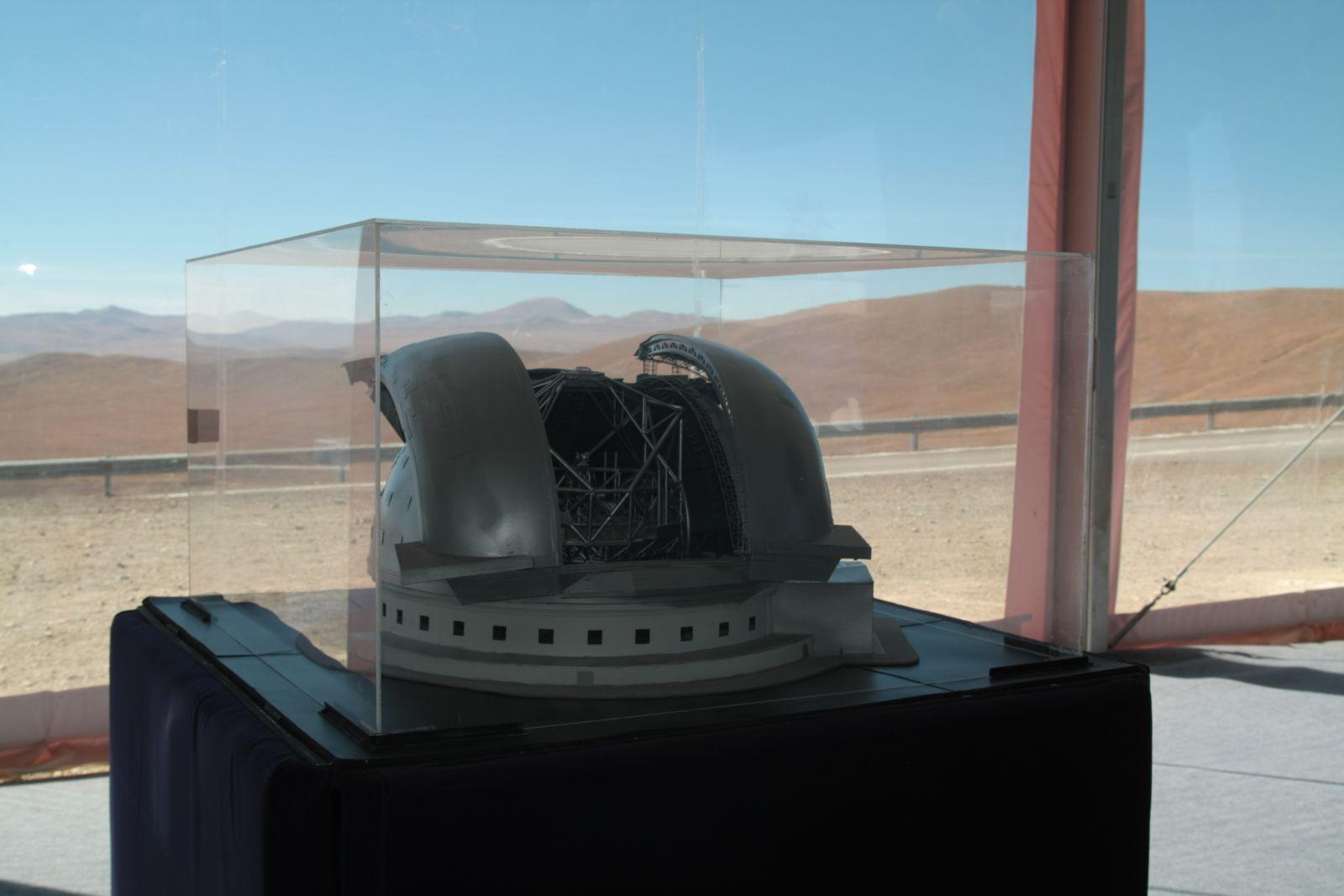 Ein Modell-EELT, mit Armazones im Hintergrund