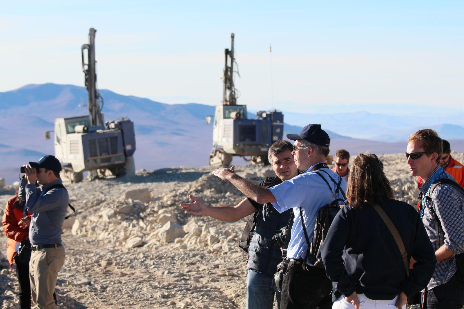 Auf dem Gipfel, im Hintergrund die Bohrmaschinen, mit denen die Sprengladungen platziert werden (Foto: Georg Görgen)