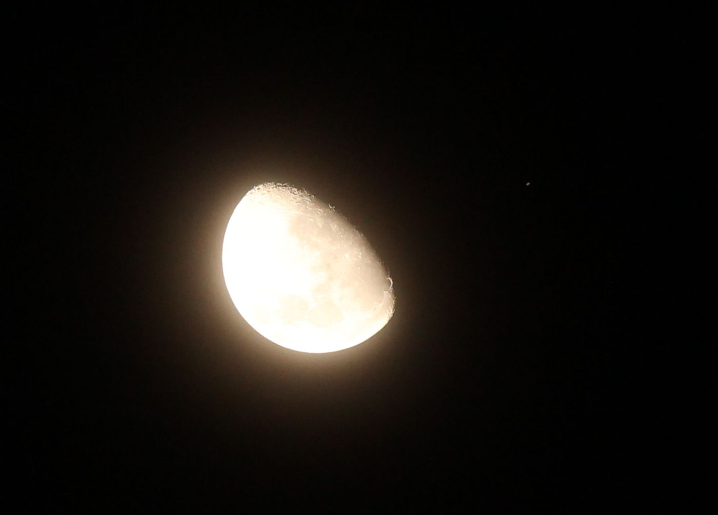 Mond und Saturn, etwa eine Viertelstunde vor der Bedeckung. Saturn ist der kleine Lichtpunkt rechts vom Mond. Aufnahme mit einem 200mm Teleobjektiv.