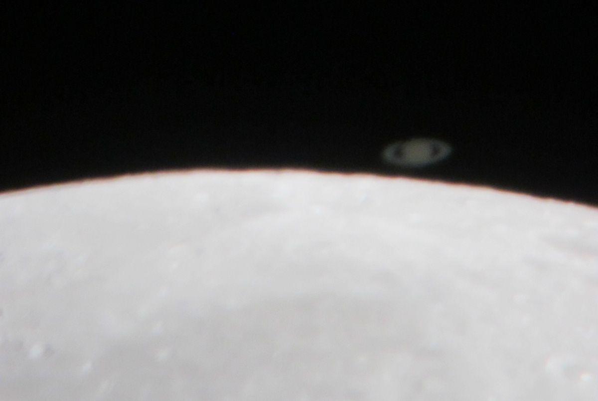 Knapp eine halbe Stunde später trat Saturn am hellen Mondrand aus. Wiederum mit der Powershot fotografiert.