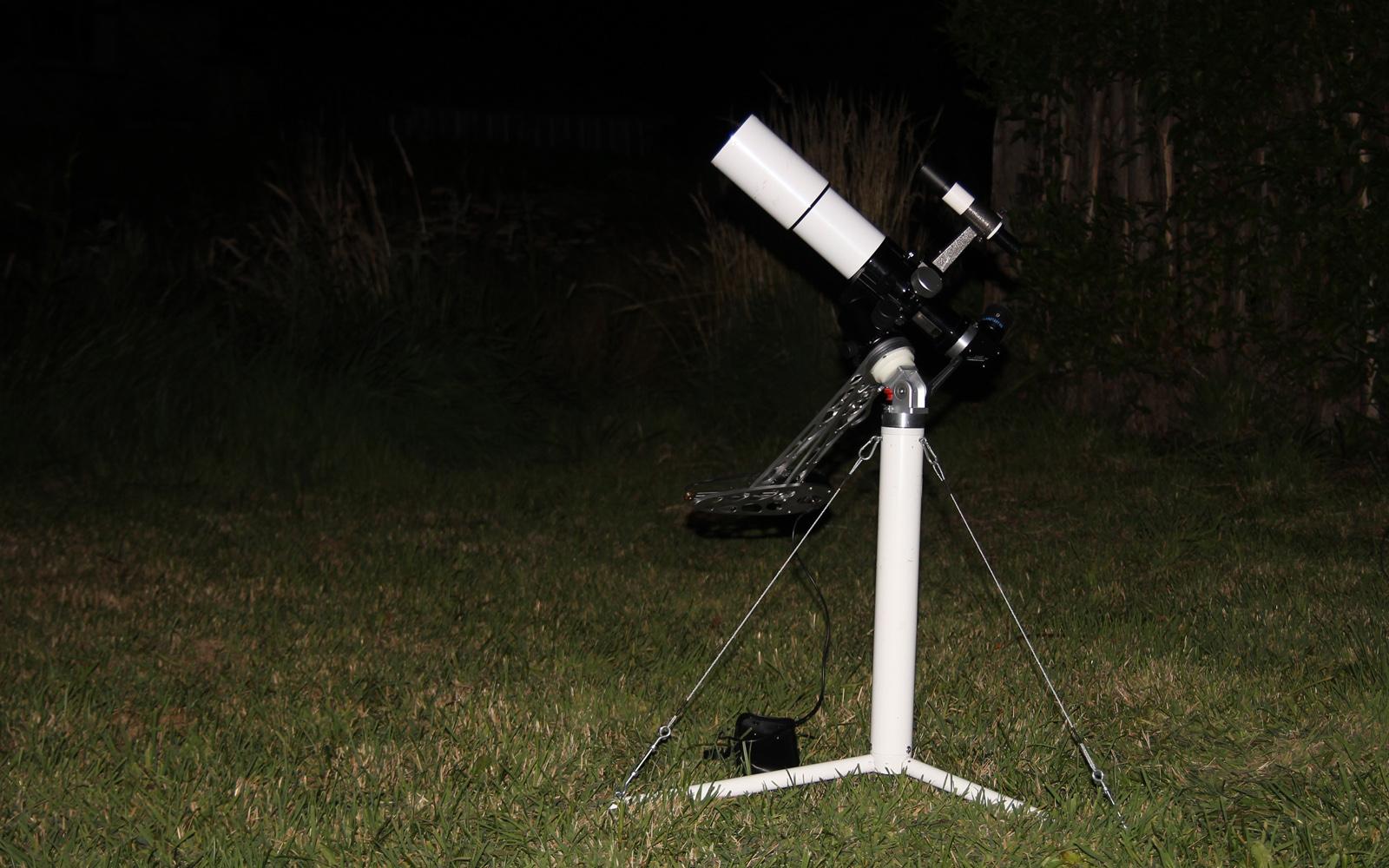 Der 70mm f/6 ED Refraktor, mit dem einige der hier gezeigten Bilder gemacht wurden, auf einer Astrotrac-Reisemontierung und Vela-Reisesäule