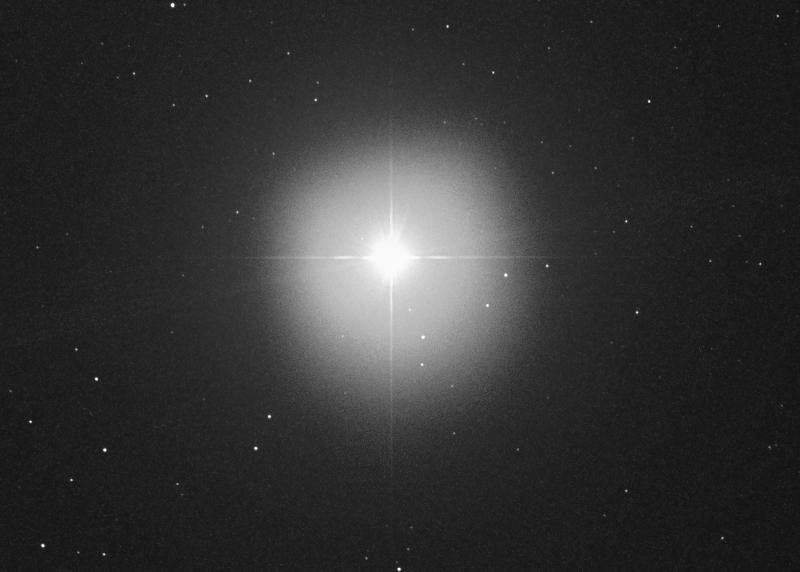 DSLR-Aufnahme von Sirius A - und B (etwa auf der 10-Uhr-Position). Das Bild ist gegenüber meine Skizze verdreht, aber die sechs in der Skizze markierten Feldsterne sind leicht zu identifizieren (mit freundlicher Genehmigung: James MacWilliam, starchasers.ca)