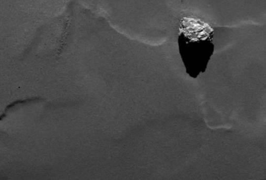 Seltene Ehre: Ein OSIRIS-Bild einer Oberflächenstruktur auf Komet 67P. Aufgenommen am 19. September, widerwillig(?) veröffentlicht am 9. Oktober - und damit rund 5 Monate früher als viele andere OSIRIS-Bilder, die wir noch nicht sehen dürfen. (Bitte kein wissenschaftliches Paper über das Bild schreiben!) Quelle: ESA/Rosetta/MPS for OSIRIS Team MPS/UPD/LAM/IAA/SSO/INTA/UPM/DASP/IDA