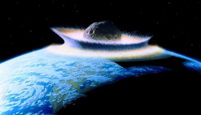 Diese künstlerische Darstellung zeigt eigentlich einen 1000 Kilometer großen Protoplaneten, der mit der jungen Erde kollidiert. Im sehr frühen Sonnensystem war so etwas möglich - heute nicht mehr: Solche Brocken irren längst nicht mehr durch unser Planetensystem. Das Bild wird dennoch meist zur Illustration von heutigen Astzeroideneinschlägen verwendet, obwohl es dafür völlig unrealistisch ist: selbst der Dinosaurierkiller war 100 Mal kleiner. Es sieht aber so schön dramatisch aus, oder? Bild: Don Davis (public domain)