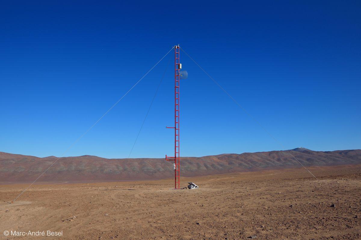 Atmosphärenmeßstation in der chilenischen Atacamawüste. 100 CTA-Teleskope sollen hier errichtet werden. Der Ort liegt etwa 10 km südlich des Paranal-Observatoriums, Platz hat es hier genug. Bild: CTA