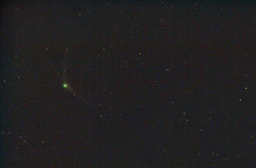 Diese Aufnahme von C/2013 US10 gelang Chris Schur aus Arizona am Morgen des 22. November 2015. Sie Zeigt den Kometen mit einer deutlich grün gefärbten Koma und zwei Schweifen. Stellarvue SV80s Refraktor und Canon XTi, 1,5 Minuten Belichtungszeit. Mit freundlicher Genehmigung.