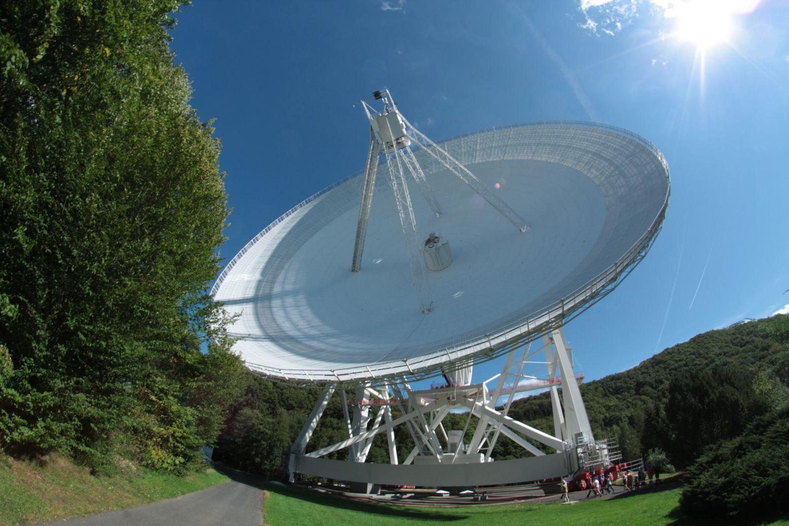 Das Radioteleskop in Effelsberg bei Bonn (hier im September 2011) ist mit seinem 100-Meter-Spiegel eines der größten der Welt. Es wird auch im Verbund mit anderen Radioteleskopen im VLBI-Verbund genutzt.