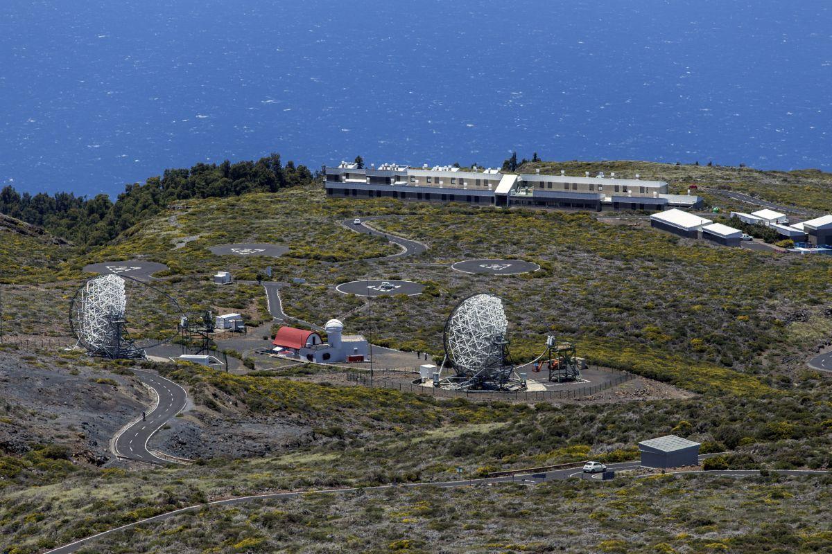Als nördlicher Stadort wird die Kanareninsel La Palma favorisiert. Der Platz ist begrenzt auf der Vulkaninsel, mit rund 20 Teleskopen soll die Station hier daher deutlich kleiner sein und die momentan in Betrieb befindlichen Gammateleskope MAGIC I und II (im Bild) ersetzen. Bild: CTA