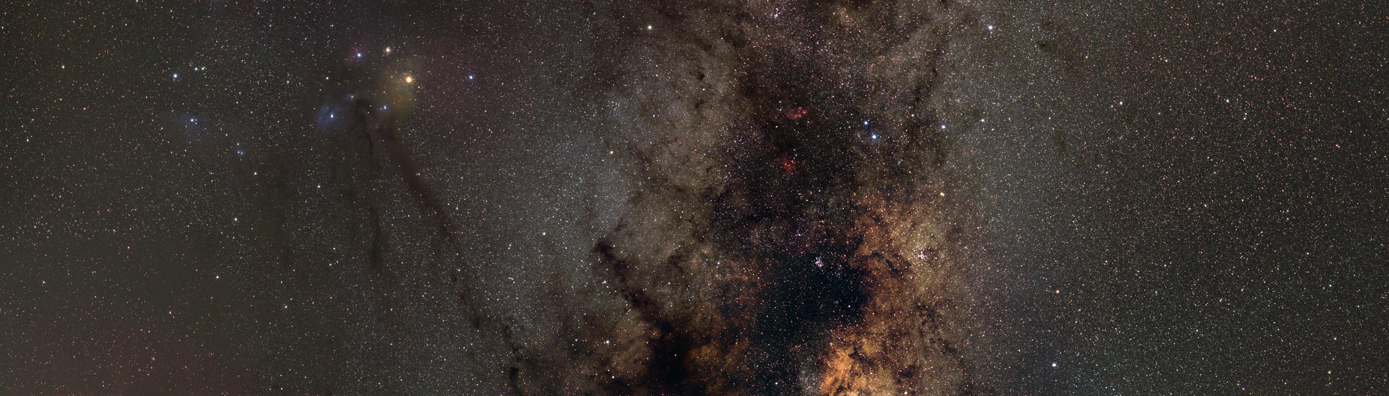 In diesem Ausschnitt steht die Region um Antares und Rho Ophiuchi mit ihren verschiedenfarbigen hellen Nebeln und Dunkelwolken im Mittelpunkt. Auch dieses Bild ist bereits bei Posterlounge.de als Druck bestellbar.