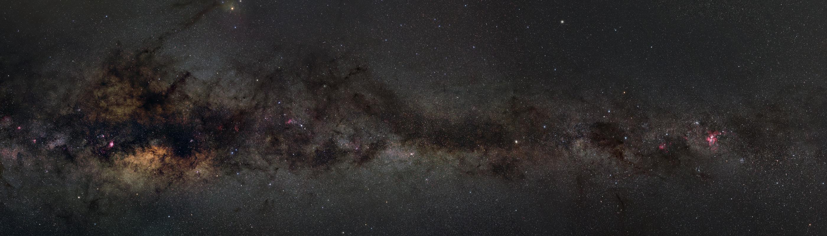 """Gesamtansicht des neuen Milchstraßenpanoramas. Das Bild wirkt insgesamt noch etwas """"unruhig"""", weswegen ich es noch nicht als endgültige Version ansehe."""