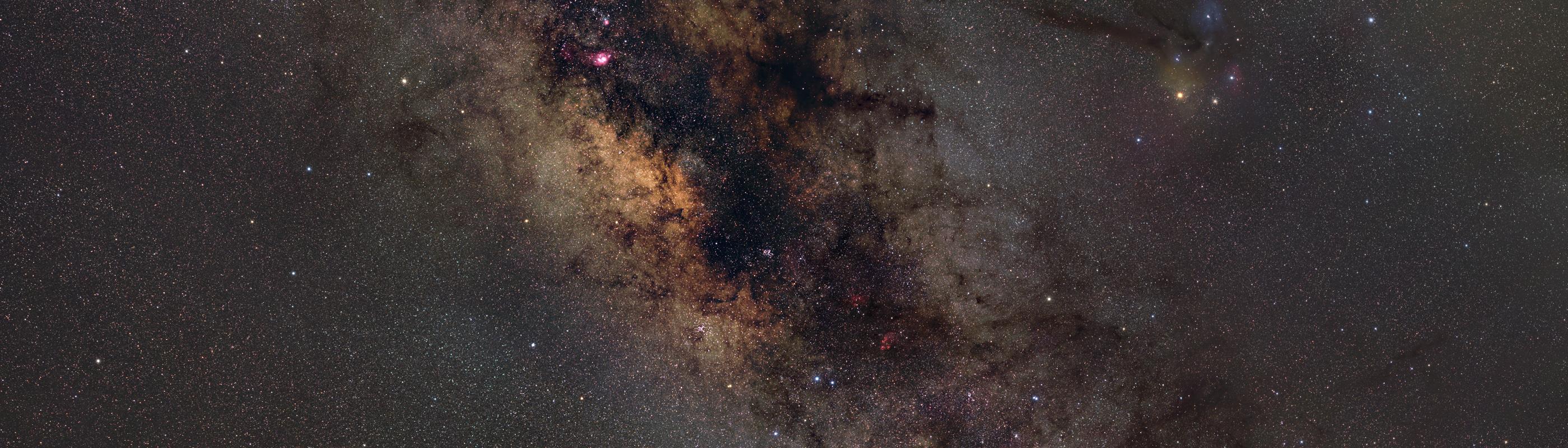Ein alternativer Ausschnitt des Panoramas, zu sehen ist vor allem das Milchtraßenzentrum (Sternbilder Schütze und Skorpion) und mehrere helle Gasnebel. Diese Version kann bereits als Posterdruck erworben werden.