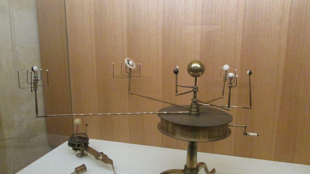 Das fragliche Drehplanetarium im Globenmuseum Wien. Ganz links Uranus, mit sechs Monden.
