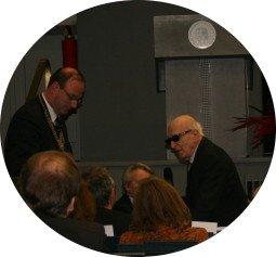 HU-Präsident Markschies & H. Keilson; im Hintergrund das HU-Logo der Brüder Wilhelm und Alexander