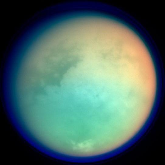 Titan-Atmosphaere und Oberflaeche in Falschfarben, Quelle: NASA/JPL