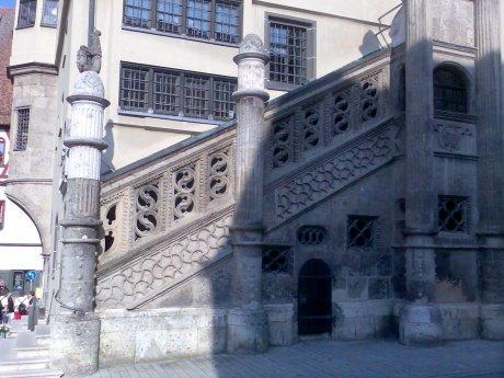 Treppe des Rathauses von Noerdlingen aus lokal gehauenem Suevit, Quelle: Michael Khan