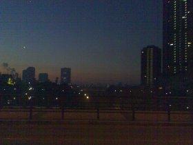 Hier klicken: Mond und Venus ueber Osaka, Quelle: Michael Khan