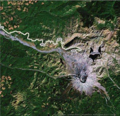 Google-Maps-Aufnahme vom Gebiet um den Mount St. Helens, WA. Auf diesen offenbar noch älteren Aufnahmen ist gut die Zone der Zerstörung vom Ausbruch am 18.5.1980 zu erkennen.