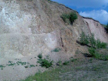 Noerdlinger Ries - Steinbruch Aumuehle, Suevit auf Bunter Brekzie, Quelle: Michael Khan