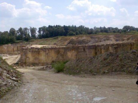 Steinbruch der Marmorwerke Gundelsheim, Bunte Brekzie auf anstehendem Malmkalkstein, Quelle: Michael Khan