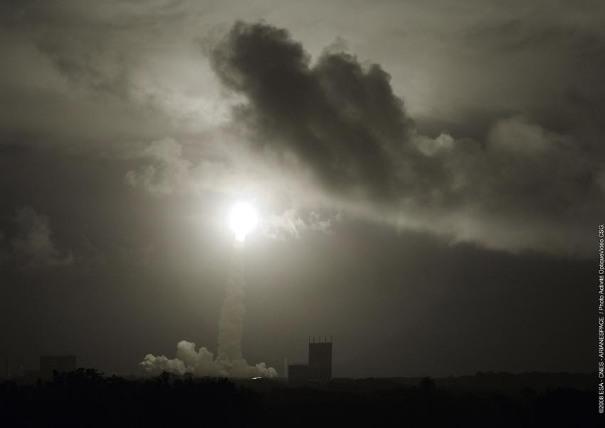 Ariane-Flug 181 mit ATV an Bord steigt in den Nachthimmer über Guyana