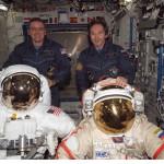 Astronauten Bill McArthur (links) und and Valery Tokarev mit ihren Raumanzügen