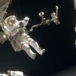 Ein Astronaut und sein Werkzeug