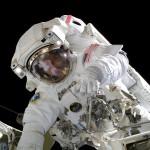 Astronaut mit Rettungsleine, links im Bild
