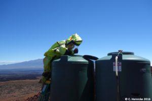 Carmel überprüft den Wasserstand in unseren Tanks.
