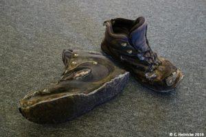 Meine Schuhe werden nur noch von Duct Tape zusammen gehalten. Hier: kurz vor dem Neubekleben - die ursprüngliche Sohle hat einige daumendicke Löcher. A'a-lava is no joke.
