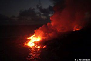 Kalapana-Lavafluss:: Heiße, flüssige Lava trifft auf den Pazifik.