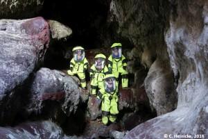 Die vier Höhlenforscher, erhöht von links nach rechts: Carmel, Tristan, Cyprien. Ich stehe vorn. Wir tragen unsere gelben Anzüge, weil man sich in ihnen besser durch Engstellen quetschen kann.