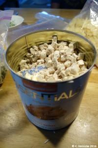 Truthahnfleisch, gefriergetrocknet. Von der Dichte und Konsistenz (vor dem rehydrieren) her erinnert es entfernt an Erdnussflips.