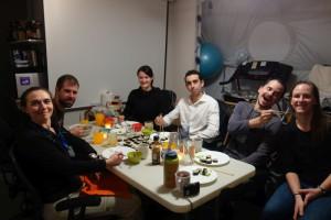 Abendessen, sogar mit drei frischen Mini-Salatblättern für jeden! Und Tristan in gewohnter Ernsthatftigkeit.