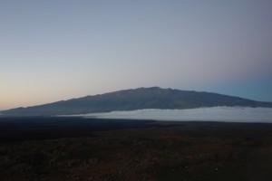 Sonnenuntergang über Mauna Kea durchs Habitatfenster.