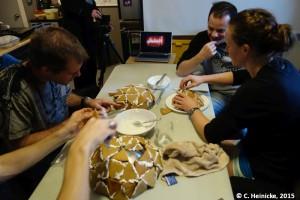 Dome Challenge: Forme ein kuppelförmiges Lebkuchenhabitat aus dreieckigen Lebkuchenstücken. Fange erst an zu essen, wenn alle Kuppeln fertig sind.