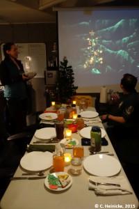 Weihnachtsmahl mit elektrischen Kerzen und einem riesengroßen Weihnachtsbaum.
