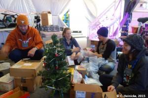 Beim Auspacken der Geschenke. Die Mützen hat Carmel gehäkelt.