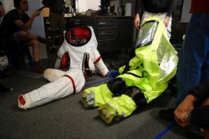 Links: weißer Prototyp, rechts: der Ersatz für die großgewachsenen Astronauten-simulanten.