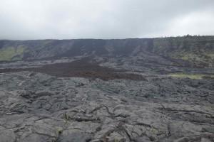 Unterhalb des Kilauea-Kraters: Lava von 1972. Am Rand sieht man noch ungestörte Vegetation, in der Mitte hauptsächlich Pahoehoe-Lava, die stellenweise von A'a-Strömen überlagert ist.